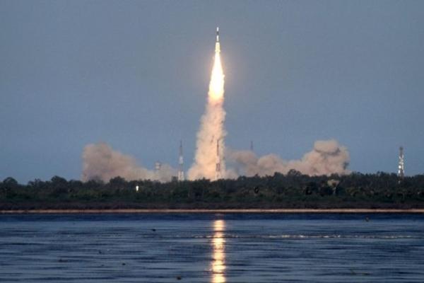 인도 우주연구기구(ISRO)의 정지궤도 위성 GSAT-9을 탑재한 발사체(GSAT-9)가 2017년 5월 5일 안드라프라데시주(州) 스리하리코타에서 발사됐다. | Arun Sankar/AFP/Getty Images