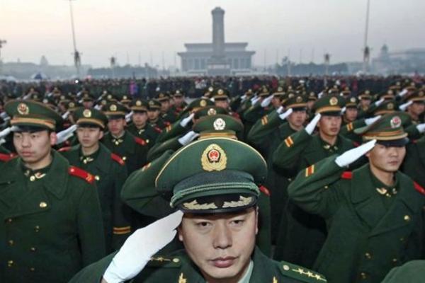 톄안먼 광장과 자금성의 보안 업무를 맡고 있는 중국 경찰들의 경호 업무 인계 행사 모습.(2009.11.23). | STR/AFP/Getty Images
