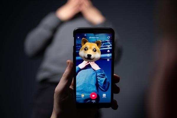 2018년 12월 14일, 프랑스 파리에서 AFP 통신 직원이 스마트폰 애플리케이션 틱톡으로 사진을 찍고 있다.| AFP/Getty Images