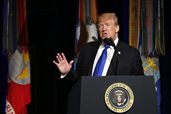 트럼프 대통령은 펜타곤의 미사일 방어 계획은 미국이 '어디든, 어떤 시간, 어떤 위치든' 미사일의 발견과 파괴를 허용할 것이라고 발표했다.(Martin H. Simon – Pool/Getty Images)