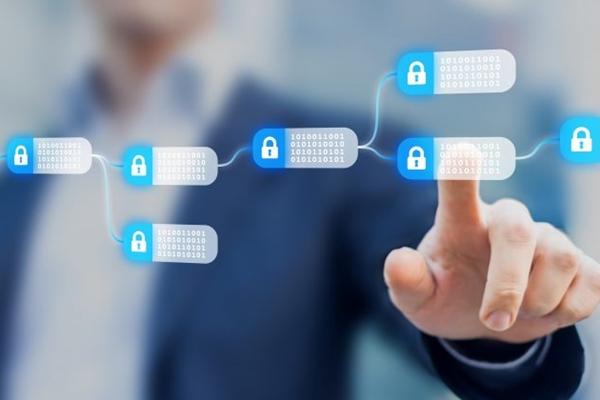 소비자 블록체인 상품은 흔치 않지만, 기업들은 보이지 않는 곳에서 블록체인 기술을 테스트해 채택하고 있다. 블록체인 기술을 이미지화한 사진. | NicoElNino/Shutterstock
