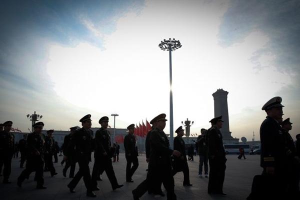 2015년 3월 12일, 중국 최고 입법기관인 베이징의 전국인민대표대회에 앞서 인민대회당에 도착한 중국 장교들의 모습. | Lintao Zhang/Getty Images