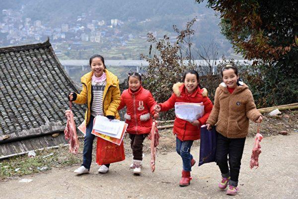 광시(廣西)성 류저우(柳州)시 산장(三江) 둥족(侗族)자치현의 귀뚜라미 초등학교에서 열린 방학식에서 학생들이 돼지고기를 들고 찍은 사진이 위챗 등 소셜미디어를 도배했다. | 에포크타임스