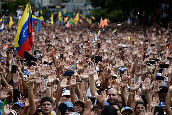 베네수엘라 민중들은 거리로 나가 손을 들어 대통령 마두로에 반대했다.  FEDERICO PARRA/AFP/Getty Images