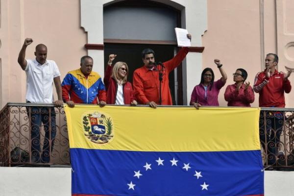 23일(현지시간) 니콜라스 마두로 베네수엘라 대통령이 카라카스의 대통령 궁 발코니에서 자신을 지지하는 시위대를 향해 손을 흔들고 있다. 마두로 대통령은 과이도 국회의장을 대통령으로 인정한 미국과의 정치·외교 관계 단절을 선언하고 미국 외교관들에게 72시간 안에 베네수엘라를 떠날 것을 요구했다.(Luis Robayo / AFP / Getty Images)