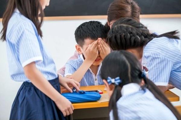 수업 중인 교사와 학생들의 모습. | ViewStock/Getty Images