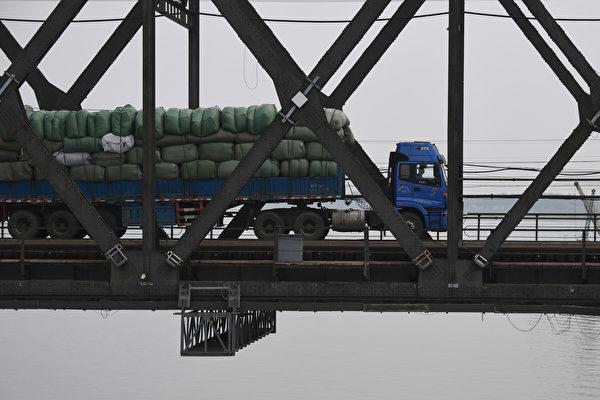 김정은 위원장이 1월 초 중국을 방문한 후 북한과 중국의 국경 밀무역이 증가했다고 북한 전문 매체가 보도했다. | Getty Images