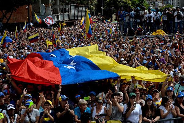 베네수엘라에서는 1월 23일 시민 10만명이 거리로 나와 마두로 독재 정권에 반대하고 반대파 지도자 과이도를 지지했다.(FEDERICO PARRA/AFP/Getty Images)
