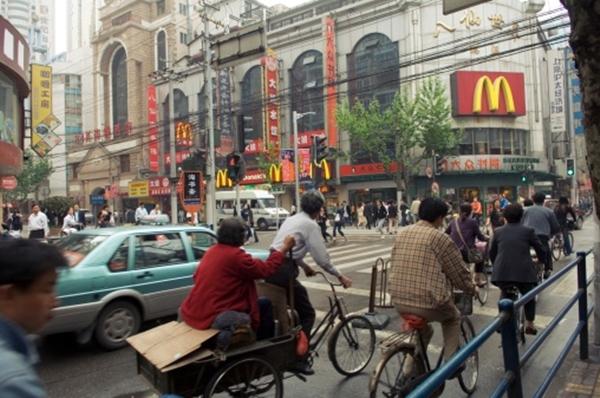 중국 베이징의 한 맥도날드 매장 앞을 지나는 중국인들의 모습. (Pete Saloutos/Getty Images)