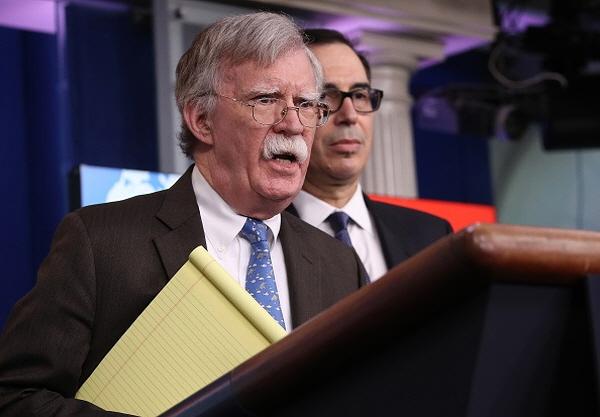 존 볼턴 백악관 국가안보보좌관(왼)과 스티븐므누신재무장관이 28일 백악관에서 기자회견을 열고 기자들의 질문에 답하고 있다.(Win McNamee/Getty Images)