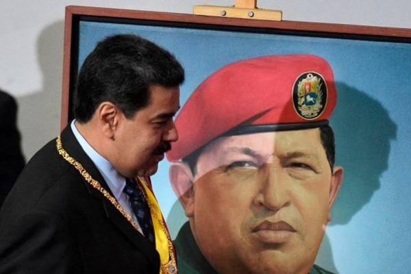 2019년 1월 14일, 니콜라스 마두로 베네수엘라 대통령이 제헌의회에서 연설하기 위해 카라카스의 연방의사당에 도착한 뒤, 고(故) 우고 차베스 전 대통령의 초상화 앞을 지나가고 있다.   Federico Parra/AFP/Getty Images