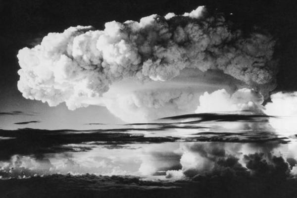 1952년 11월 1일 태평양의 에네웨타크 환초에서 이루어진 미국의 최초 수소폭탄 실험 장면. 하늘 160km가 연기와 방사능으로 뒤덮였다. | Photo by Keystone/Getty Images