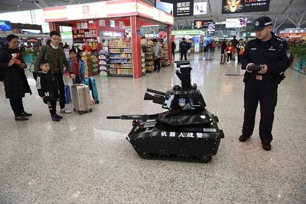 중국 설 명절 춘윈(春運)기간 중 북(北) 선전(深圳) 역에 나타난 장난감 로봇 탱크 모습   VCG/Getty Images