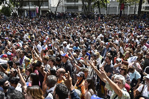2019년 1월 25일, 베네수엘라 수도의 가두집회에서 시위하는 민중   Luis ROBAYO / AFP