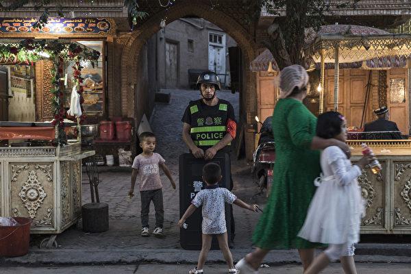 2017년 6월 29일 한 경찰관이 신장 카스 거리를 순찰하고 있다.(Kevin Frayer/Getty Images)