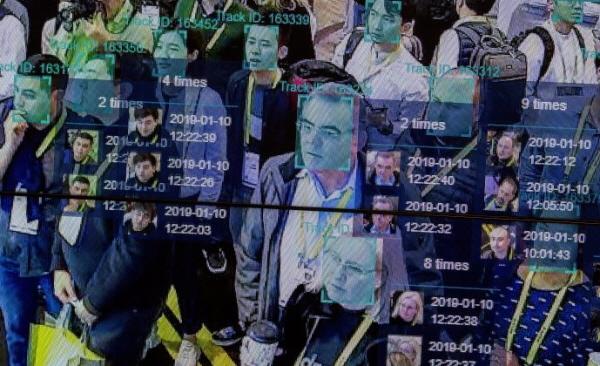 실시간 데몬스트레이션은 라스 베이거스에서 열린 CES 2019 라스 베이거스 컨벤션 센터의 Horizon Robotics 전시회에서 조밀한 군중 공간 시간 기술에서 인공 지능과 안면 인식을 사용한다.(David McNew/AFP/Getty Images)
