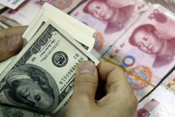 중국에서는 친구끼리 환전하는 행위도 이제는 불법으로 간주된다.| STR/AFP/Getty Images
