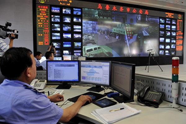 중국 당국이 지난 수년간 신장위구르인을 집중적으로 탄압한 원인을 한 장의 지도가 설명하고 있다. 신장 우루무치 공안이 CCTV를 보고 있다.   AFP/AFP/Getty Images
