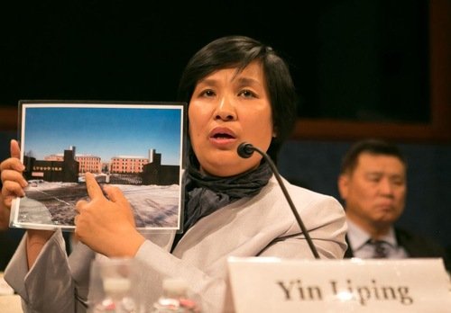 파룬궁 수련자 인리핑(尹麗萍)이 2016년 4월 14일 미국 워싱턴 D.C.의 캐피틀 힐에서 열린 의회 청문회에서 마싼자(馬三家) 노동교양소의 사진을 들어보이고 있다. 인리핑은 마싼자에 수감돼 있을 때 고문과 윤간을 당한 피해자이다. | Minghui.org
