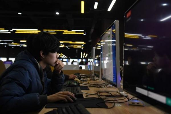 2018년 1월 29일, 중국 동부 지역의 산둥성 지난의 한 기술 중학교 컴퓨터실에서 학생들이 시험을 보고 있다. | Greg Baker/AFP/Getty Images