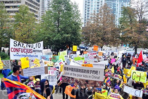 세계 각지에서 공자학원 설립을 반대하는 여론이 일고 있다. 미국 시민들이 공자학원을 폐쇄할 것을 요구하고 있는 모습. | Epoch Times