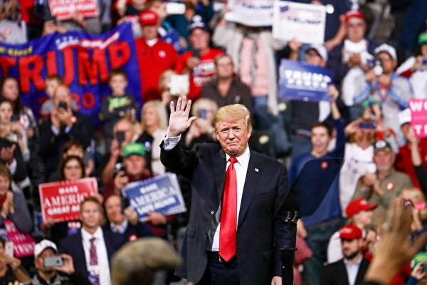 2018년 10월 9일, 아이오와주에서 열린 '미국을 다시 위대하게((Make America Great Again)' 캠페인에서 손을 흔드는 트럼프 대통령.   Charlotte Cuthbertson/에포크타임스
