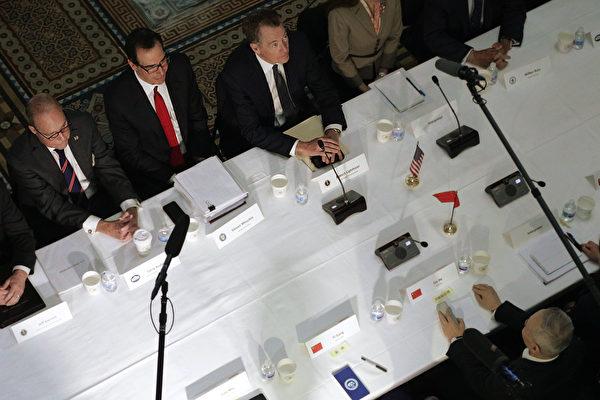지난 2월 28일, 무려 150쪽에 달하는 합의문이 거의 완성됐다면서, 중국 측이 동의하면 3월 말 플로리다주 마라라고 리조트에서 미중 정상회담을 열 기회가 있다고 므누신 미 재무장관과 커들로 백악관 국가경제위원회(NEC) 위원장이 밝혔다.(Alex Wong/Getty Images)