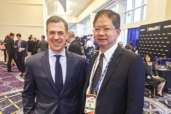 짐 뱅크스 미국 국회의원은 중국 공산당의 침투를 줄곧 주시해왔다. 사진은 인터뷰를 마친 뱅크스 의원과 탕중(唐忠) 본보 총재 | 에포크타임스