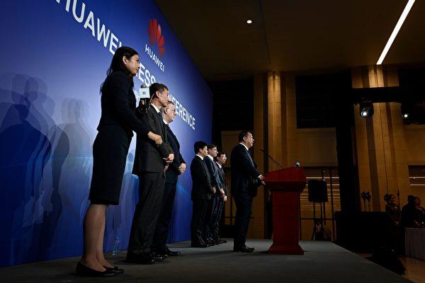 화웨이가 미 정부를 상대로 소송을 거는 것은 중국 공산당 독재체제가 자유 체제와 근본적으로 차이가 있음을 드러낸 것이자 미·중 갈등의 핵심이라고 미국 언론이 지적했다.   WANG ZHAO/AFP/Getty Images