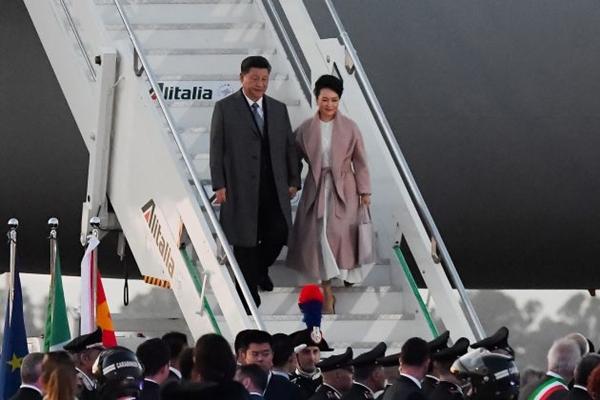 2019년 3월 21일, 이탈리아 로마 레오나르도다빈치 공항에 도착한 비행기에서 내려오고 있는 시진핑 중국 국가주석과 부인 펑리위안 여사   Tiziana FABI / AFP/Getty Images