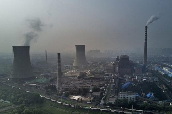 2017년 6월 16일, 중국 안후이(安徽)성 화이난(淮南)시에 있는 중국 국영 석탄화력 발전소  (Kevin Frayer/Getty Images)