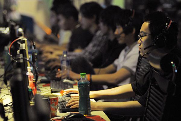 미중 무역 고위급 회담에 즈음하여 한 외국 매체가 중공이 인터넷을 봉쇄하는 정책을 더는 용인하지 말 것을 미국에 촉구했다. 사진은 중국의 한 PC방 (GOU YIGE/AFP/Getty Images)