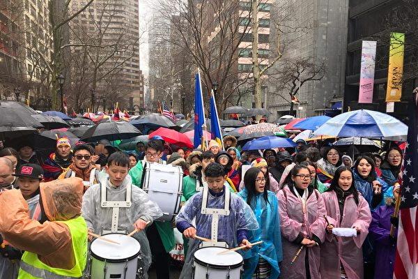 지난 3월 천 명에 가까운 티베트인들이 뉴욕 유엔광장에서 비를 무릅쓰고 집회를 열어 티베트인들의 폭동 진압 60주년을 기념해 중국 공산당 학살의 진상을 밝히고 역사적 비극을 잊지 않겠다고 다짐했다. | 리귀이슈/에포크타임스