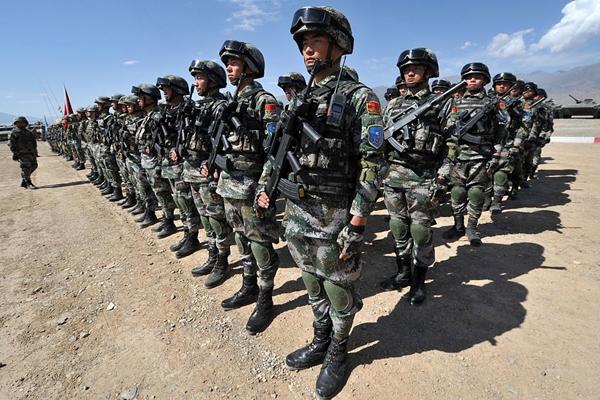 군사 훈련 중 차렷 자세로 서 있는 중국 군인들의 모습 (VYACHESLAV OSELEDKO/AFP/Getty Images)