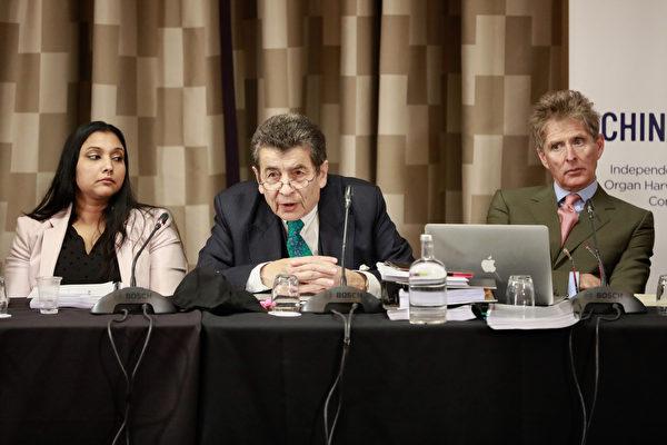 2019년 4월 6일 런던에서 열린 4월 1차 변론기일에 패널인 레지나 폴로즈, 재판소장인 제프리 나이스 경, 다른 패널 니콜라스 베치가 증인들의 증언을 듣고 있다. | Simon Gross/에포크타임스