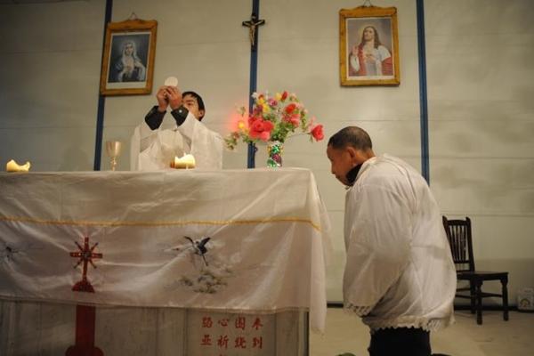 2008년 12월 24일, 중국 쓰촨(四川)성 펑저우(彭州)시의 한 가정교회에서 목사가 크리스마스이브 예배의 성찬식을 준비하고 있다. | China Photos/Getty Images