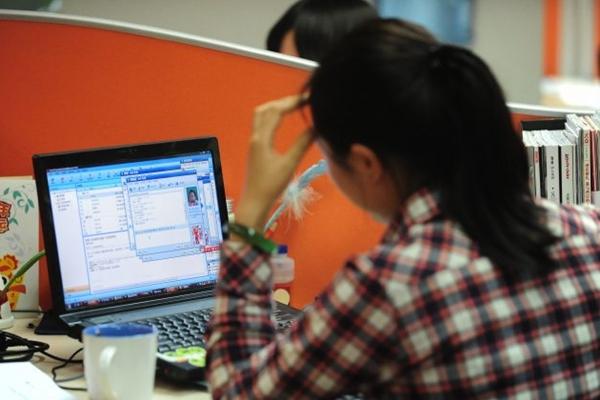 2010년 2월 4일, 베이징 한 사무실에서 온라인으로 일하고 있는 여성의 모습.| FREDERIC J. BROWN/AFP/Getty Images