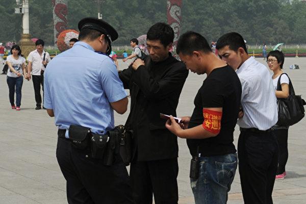 3세대 신분증에는 위치추적 및 지문과 혈액 정보 등 새로운 기능이 추가됐다. 베이징 경찰이 중국 톈안먼(天安門) 광장에서 한 남성의 신분증을 확인하고 있는 장면 | AFP/GettyImages