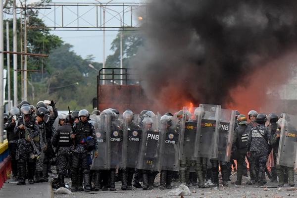 2019년 2월 25일, 베네수엘라 보안군이 국경선에 늘어서서 시위대의 행진을 차단하고 있다.   RAUL ARBOLEDA/AFP/Getty Images