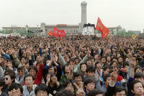1989년 4월 15일, 후야오방은 심장병으로 사망했다. 사진은 지난 4월 19일,  학생 수만 명이 톈안먼 광장에 모여 그를 추모하는 모습   AFP/Getty Images