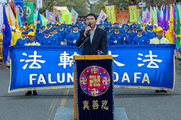 지난 20일, 뉴욕의 파룬궁 수련자 천여 명과 지지자들이 플러싱에서 '4‧25' 20주년을 기념하는 집회를 열였다. 사진은 1999년 '4‧25' 청원에 참여한 스차이둥(石采東) 씨. | Mark Zou/에포크타임스