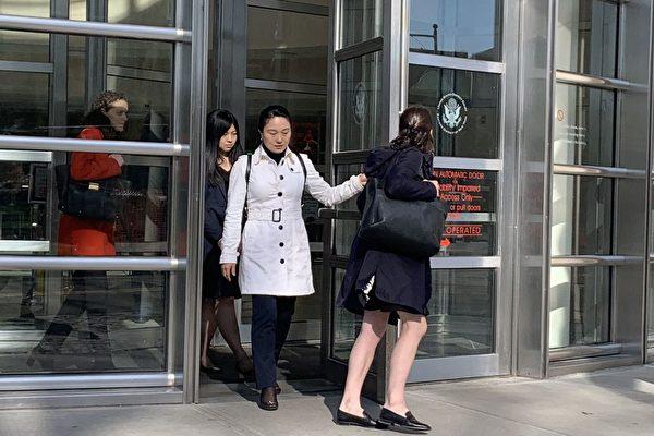 린잉(林英) 전(前) 에어차이나 매니저가 17일 뉴욕에서 범행을 인정하면서, 중국 공산당 대리인 문제가 다시금 여론의 도마 위에 올랐다. 여러 해 동안, 미국은 중국 공산당을 위해 불법적으로 일한 많은 중국인을 체포해 왔다. 흰 코트 입은 사람이 린잉이다.  | 차이룽/에포크타임스