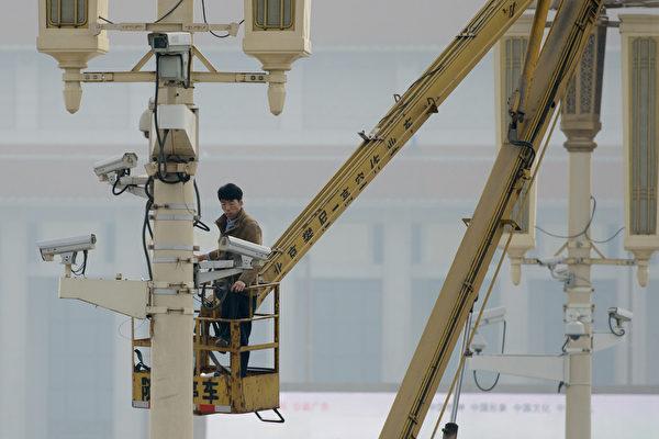 국제기구들은 2022년에는 중국이 1인당 두 개의 모니터를 '보유'할 것으로 예상하고 있다. 사진은 베이징 거리에 카메라 모니터링 시스템을 설치하고 있다.   AFP