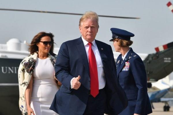 도널드 트럼프 대통령과 멜라니아 여사가 지난 18일 플로리다로 출발하기 위해 공군 1호기에 탑승하기 전 메릴랜드주 앤드루스 공군기지에 도착했다.  Nicholas Kamm/AFP/Getty Images