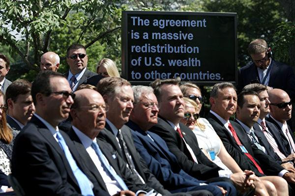 2017년 6월 1일 백악관 로즈가든에서 트럼프 미국 대통령이 기자회견을 열고 파리기후협정 탈퇴를 선언했다. 사진은 브리핑에 참여한 트럼프 내각의 일부 구성원들.(Chip Somodevilla/Getty Images)