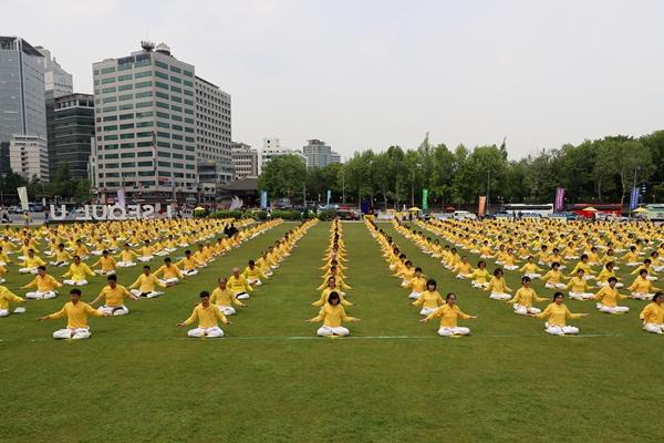파룬궁전파27주년을기념하는'제20회파룬따파의날'축하행사가지난12일서울광장에서열렸다.(사진=김국환 포토그래퍼)