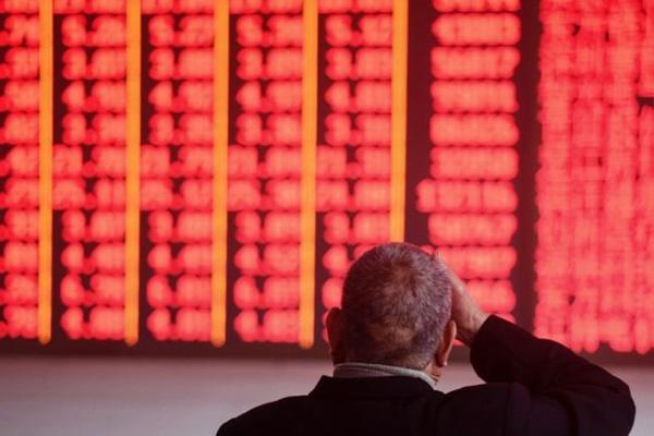 한 투자자가 2018년 12월 3일 저장성 항저우의 한 증권사에서 주가를 모니터링하고 있다. | STR/AFP/Getty Images
