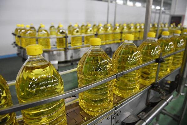 허베이성 싼허(三河)시에 있는 콩기름 가공 공장.   AFP=연합뉴스