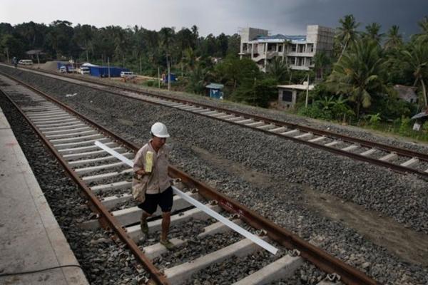 2018년 11월 18일 스리랑카 벨리아타에 중국 노동자들이 중국인이 관리하고 설계한 새 기차역 건설을 돕고 있다. | Paula Bronstein/Getty Images