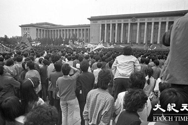 톈안먼 사태 당시, 베이징 대학교 학생들이 행진하는 모습. (류젠 제공)
